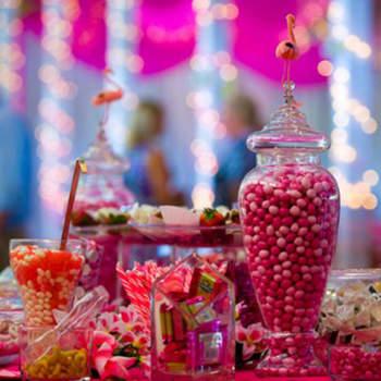 Candy bar rétro en tons roses et esthétique pop. Source : Karine Razvan Photography.