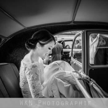 Photo : Wkn Photographie - Weronika Nouyrigat est une grande passionnée de photographie. Son objectif est de vous faire revivre les instants magiques de votre mariage à travers ses clichés. Sur cette photo, la mariée rayonne de bonheur sur le chemin jusqu'à l'église, un bonheur contagieux.