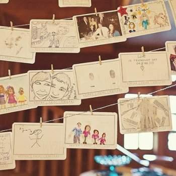 Livre d'or en forme da cartes postales pour que les invités puissent dessiner, écrire ou faire un collage ! Crédit: One Love Photo