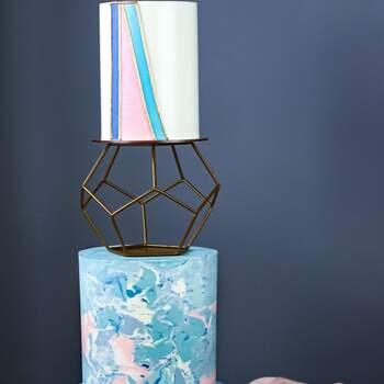 Foto: @misshavishamscakes - Pastel de boda con figura geométrica en tonos azules
