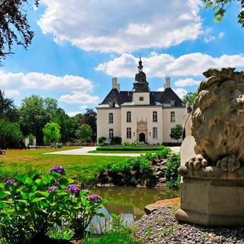 Schloss Gartrop: Gartrop ist so ein Ort. Nicht nur, weil es eine solch' malerische Kulisse bereithält. Sondern auch, weil das Schloss Gartrop über so viele außergewöhnliche Räumlichkeiten verfügt – und damit den perfekten Rahmen für kleine wie große Feierlichkeiten bietet.