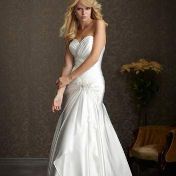 La colección Bridal Exclusive combina diseños clásicos con un valor excepcional. Sencillo y discreto, estos vestidos se consideran atemporal y elegante.