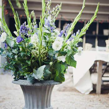 Lila Blumen für die Hochzeitsdeko. Foto: 2Rings Trouwfotografie (Holland)