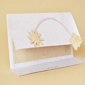 Convite de casamento em papel ecológico.