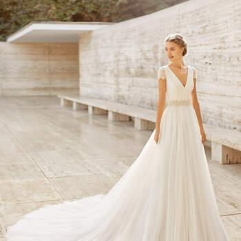 Com um corpo liso e silhueta de princesa, o vestido Ecuador é concebido para noivas amantes do simples e do elegante que procuram ter um look impecável no dia do seu casamento | Rosa Clará Couture 2021