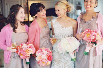 Damas de honor con chaqueta, vestido y ramos a juego en color rosa. Foto: Grey likes weddings