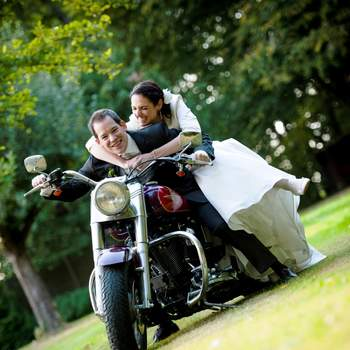Kommentar des Fotografen: In der Nähe von Köln entstand dieses Hochzeitsfoto im Rahmen der Trauung von Kyra und Andreas. Die Harley hatten wir nur wenige Minuten. Der Bräutigam ist ein richtiger Harley-Fan. Das Bild entstand im September 2012.  Besuchen Sie Thomas Göbert im Web unter www.studio-t2.de.