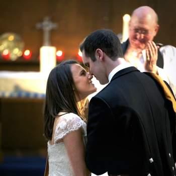 Le mot du photographe : Jessica et Neil se sont mariés en Avril 2012. Cette photo a été prise lors de leur cérémonie, juste après avoir échangé leurs voeux. Leur regard et leur proximité traduisent leur joie, amour et complicité. Ils donnent l'impression qu'il n'y a qu'eux au monde, bien que l'on remarque dans le fond, le prêtre qui les félicite. On se doute aussi que le reste des invites doivent également célébrer leur union.  Un mariage est un événement fort en sentiments. Le couple et les invites les ressentent mais il peut être difficile de les capturer lorsqu'ils sont si rapides. Cette photo est une de nos préférées de l'année 2012 car elle est naturelle et chargée d'émotion. Les couleurs sont riches et la composition élaborée. En plus de leurs émotions, on peut admirer le détail de la robe de la mariée et le costume écossais du marié. Le couple est net alors que le décors et le prêtre sont plus flous. On ressent le rayon de soleil qui passe par les vitraux et se reflète sur leur dos et cou.  A propos du photographe : Mark Ward, photographe chez Awardweddings, caractérise son style par des photos naturelles, pleines d'émotions et de belle composition. De nombreux couples en France et Angleterre ont apprécié ses  photos au cours de ces dernières années.  Si cette photo est selon vous, LA PLUS BELLE PHOTO DE MARIAGE, laissez un commentaire ci-dessous en indiquant le n°1
