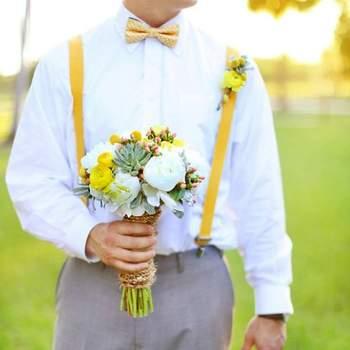Hochzeits-Accessoires: Gelbe Hosenträger, Foto: Wings Of Glory Photography Foto: Wings of Glory Photography