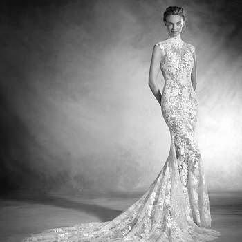 Espetacular. Como se estivesse pintado sobre a noiva este vestido de noiva sereia realizado em chantilly, tule e fio bordado com corte baixo, gola alta e manga curta cinge-se na silhueta como uma luva. Romantismo e feminilidade unem-se neste maravilhoso desenho.