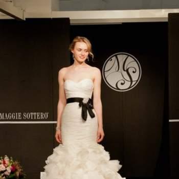 Ultra glamour, cette robe a beaucoup de chic avec sa ceinture noire.