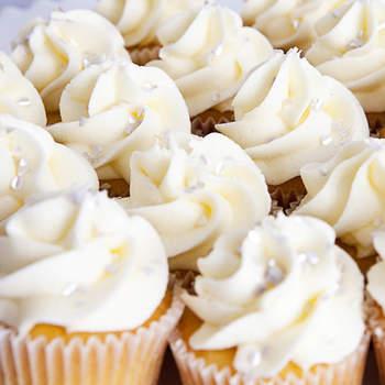 Nunca están demás las distintas opciones en cupcakes decorativos para tu boda. Foto de Cupcakes perles Amy Atlas