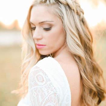 Penteado para noiva com cabelo solto e trança lateral   Credits: Katie Nicolle Photography