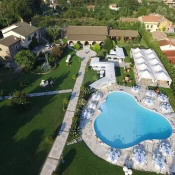Villa Lea: Circondata da un lussureggiante giardino di 18000 mq incorniciato da montagne e colline, Il successo del vostro ricevimento all'aperto è garantito.