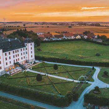 Schloss Walkershofen: Das Schloss Walkershofen bietet Ihnen den Charme eines Dornröschenschlosses, dass soeben aus dem Schlaf erwacht ist. In stilvoller und romantischer Atmosphäre mit modernster Innenausstattung und mit viel Liebe zum Detail, bietet das Schloss mit dem großzügigen Park und dem luxuriösen Rahmen, alles für ein rauschendes Fest.