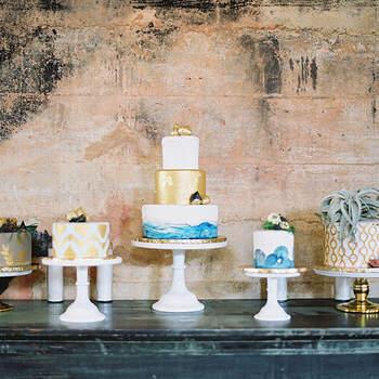 Foto: Mint Photography - Pasteles de boda con tonos dorados