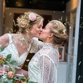 Een romantische shoot vol gezelligheid bij het Koloniekerkje Wilhelminaoord! | Foto: Remke Maris Fotografie