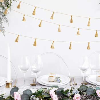 Guirnalda de borlas de tela dorada- Compra en The Wedding Shop
