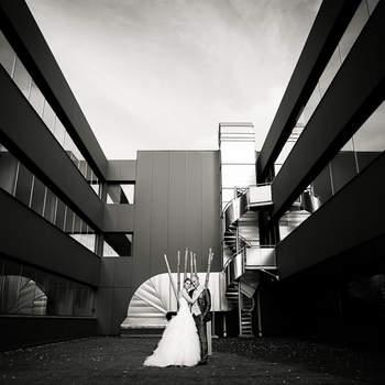 Le mot du photographe : Cette photo a été faite pendant la séance couple. Le mariage se déroulant dans un restaurant à l'architecture moderne avec une cérémonie laïque. Ce qui fût une grande chance et opportunité d'avoir une séance couple originale.  Si cette photo est selon vous, LA PLUS BELLE PHOTO DE MARIAGE, laissez un commentaire ci-dessous en indiquant le n°15