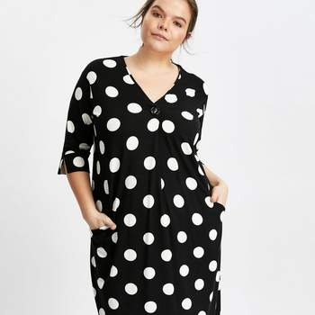 Créditos: Black Spot Print Button Neck Shift Dress, Evans