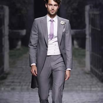 Chaqué para novio en color gris claro, con chaleco malva, de Victorio&Lucchino. Foto: Ugo Camera/ BBW