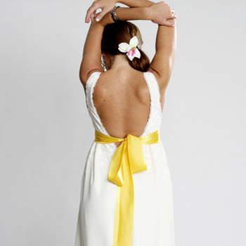 Ceinture de couleur jaune, façon long ruban : rien de tel pour donner une touche colorée à une robe de mariée blanche. Source : Mello Breyner