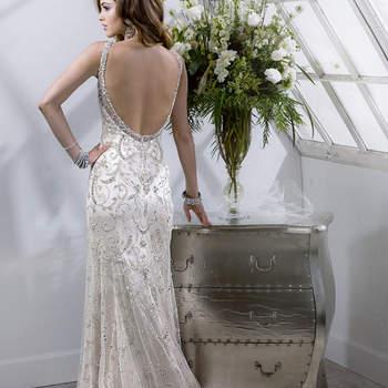 """Vestido de novia confeccionado con cientos de aplicaciones de pedrería. El diseño cuenta con silueta ceñida, falda desembocada en cauda y un marco desnudo imponente en la espalda. Su terminado es con botones sobre cremallera.   <a href=""""http://www.sotteroandmidgley.com/dress.aspx?style=4SS826"""" target=""""_blank"""">Sottero &amp; Midgley Platinum 2015</a>"""