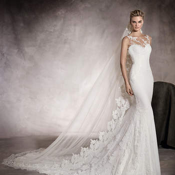 Maravilhoso vestido de noiva de georgette, corte baixo e decote em coração. Um belíssimo modelo estilo sereia que apresenta uma sugestiva ornamentação floral de renda com detalhes de pedraria.