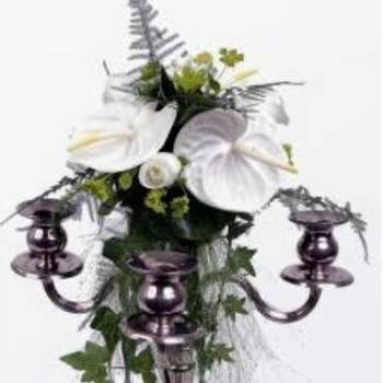 Centre de table Princesse sur chandelier, composé d'anthuriums blancs et de feuillage - Crédit photo: Atelier Floral