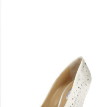 Un modèle Oscar de la Renta 2012 dont le talon compensé, l'ouverture sur le devant et les nombreux cristaux incrustés, donnent beaucoup de chic.