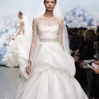 Robe de mariée bustier avec plumetis sur le décolleté. Effet plissé à l'avant de toute beauté. Source : Monique Lhuillier Automne 2012