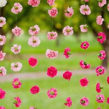 Guirlandes de fleurs à l'esprit romantique et champêtre. Atmosphère féerique assurée à votre mariage ! - Source : photocall