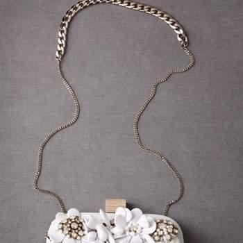 Las novias también deben llevar un pequeño bolso con lo básico como maquillaje y su celular.No pierdas el glamour y usa un clutch sencillo y elegante. Foto de bhldn