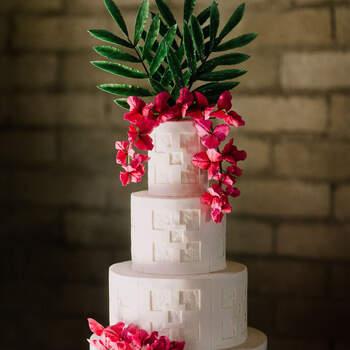 Foto: Let's Frolic Together - Pastel de bodas estilo mexicano con buganvilias y Talavera