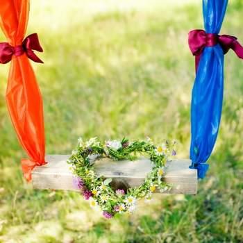 Foto: On a Swing Wreath Of Flowers,Heart via Shutterstock