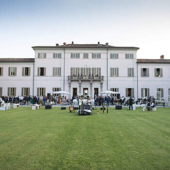 Villa Borromeo: Collocata all'interno di uno splendido parco secolare di 70.000 mq, qui avrete  tutto lo spazio necessario per un maestoso ricevimento all'aria aperta.