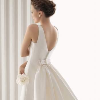 Rosa Clara Hochzeitskleid 2012, mit nackten Rücken mit Knöpfen und Spitze und mittleren Bogen.