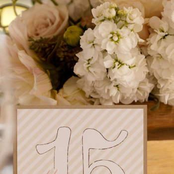Identificadores de mesas con distintos colores y tipografías. Foto de Shewanders Photography.