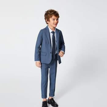 Traje tono en azul para niño, ideal para una boda formal. Credits: Zara