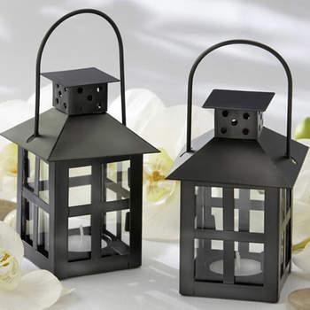 A suspendre ou à poser, les lanternes ont toujours beaucoup d'allure dans un mariage. Source : weddinggdpotonline.com
