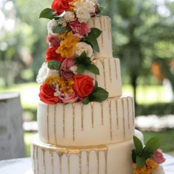Foto: Antonio Saucedo - Pastel de bodas de 4 pisos con flores naturales y detalles dorados