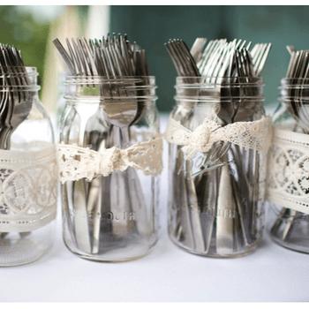 Use frascos de cristal para guardar os talheres e envolva-os com laços de renda.