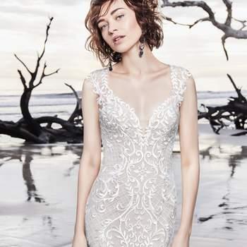 """<a href=""""https://www.maggiesottero.com/sottero-and-midgley/dakota-rose/11609"""">Maggie Sottero</a> <br> La jupe ajustée et évasée de cette robe est dotée d'une fausse traîne composée de deux épaisseurs. Doublée de sous-vêtements intégrés, sa coupe est très flatteuse."""