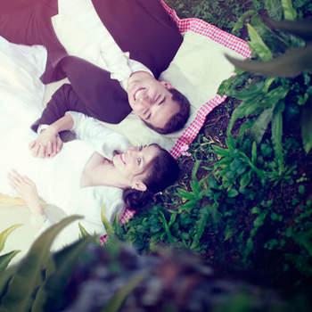"""Le mot du photographe : Nous adorons cette photographie, elle raconte l'histoire d'un couple attendant leur bébé, comme l'illustre les deux mains posées sur le ventre de la mariée. La verdure qui les entoure donne une ambiance cocooning et la vue en plongé est bienveillante comme le regard d'un ange sur deux âmes sœurs. Les couleurs dominantes : le blanc, le vert et le rose, sont des tons que nous affectionnons particulièrement. Ils représentent l'innocence, l'espérance et la féminité.  A propos du photographe : """"Le Trianon, Wedding Photograher & Filmmaker"""", c'est Marc et Gwendoline, deux photographes amoureux avec pour leitmotiv d'apporter de la féérie et du rêve dans l'imagerie de mariage. Privilégiant la qualité à la quantité, nous prenons toujours le temps de bien connaître nos futurs mariés avant toute prestation. D'autre part nous aimons suggérer des mises en scène qui offrent la possibilité d'avoir des photographies qui représentent les mariés d'une manière plus profonde parfois, en racontant leur histoire.  Si cette photo est selon vous, LA PLUS BELLE PHOTO DE MARIAGE, laissez un commentaire ci-dessous en indiquant le n°17"""