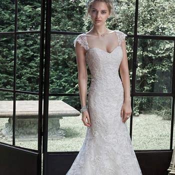 """Elegante y con pocos adornos, este vestido de estilo clásico de una línea une también el romanticismo. Acentuado con un escote corazón muy femenino con acabados de cierre corsé o botones y cierre elástico interior cubierto.  <a href=""""http://www.maggiesottero.com/dress.aspx?style=5MN656LU"""" target=""""_blank"""">Maggie Sottero</a>"""