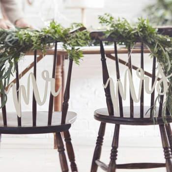 Decoración para silla de madera sr y sra.- Compra en The Wedding Shop