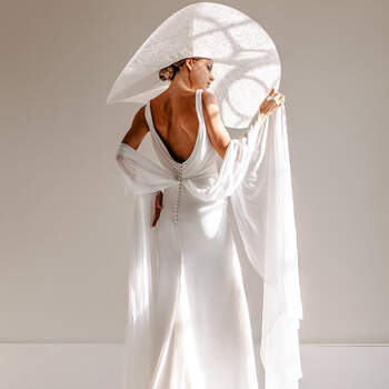 White, light pearls bridal fashion shoot - Klasse en elegantie ten top!   Foto: YourMoments   Jurk: Rebecca Ingram via ANKii   My VINTAGE BOUDOIR & Schoenen: Rachel Simpson via ANKii   My VINTAGE BOUDOIR