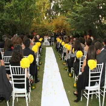 La decoración para bodas es cada día más original, y qué mejor que unos bellos pompones para adornar los espacios en tu matrimonio. Una idea muy colorida y romántica.   Los derechos de estas fotografías son propidad de Paradise Pom Pom y queda absolutamente prohibida su reporducción.