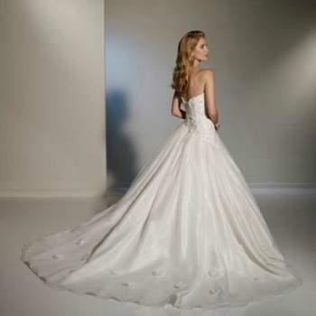 Élégante robe de mariée 2012, avec bustier, ornée de fleurs et de perles en organdi pour les mariées. Vue de dos. Crédit photo: Pour les mariées