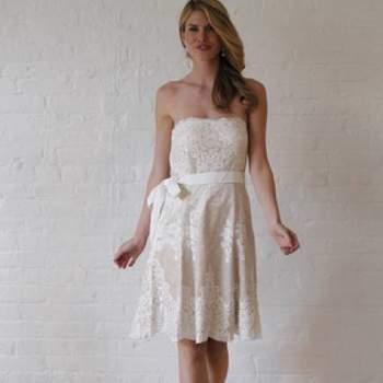 Robe bustier courte ultra féminine. Crédit photo : Robe de mariée David´s Bridal 2013  New York Bridal Fashion Week, printemps 2013.